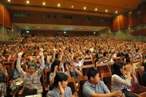 「シロクマ」バンザイ!で盛り上がる客席